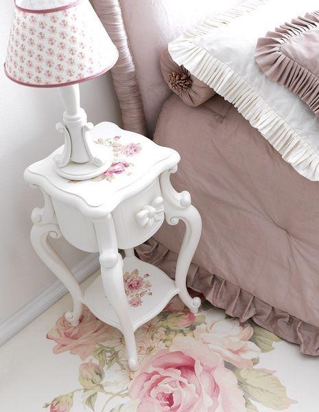 Shabby chic furniture to create feminine impression