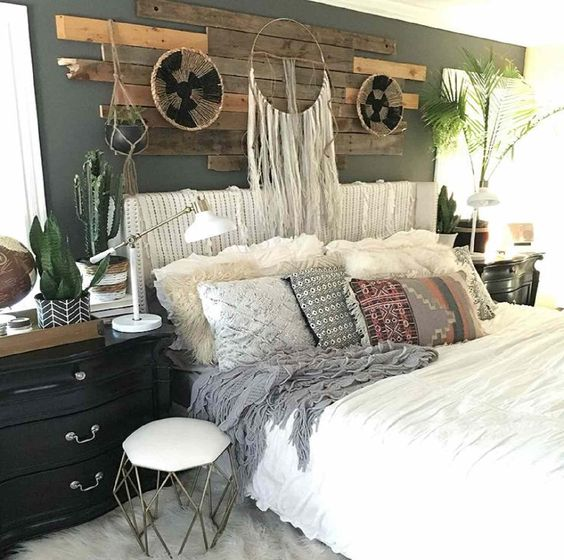 Natural decorations in industrial chic bedroom